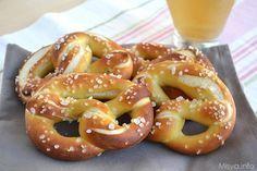 I pretzel , chiamati anche brezel, pretzl o brezn sono un tipico pane tedesco, intrecciato, di colore ambrato ricoperto di sale grosso. La particolarità del loro colore è