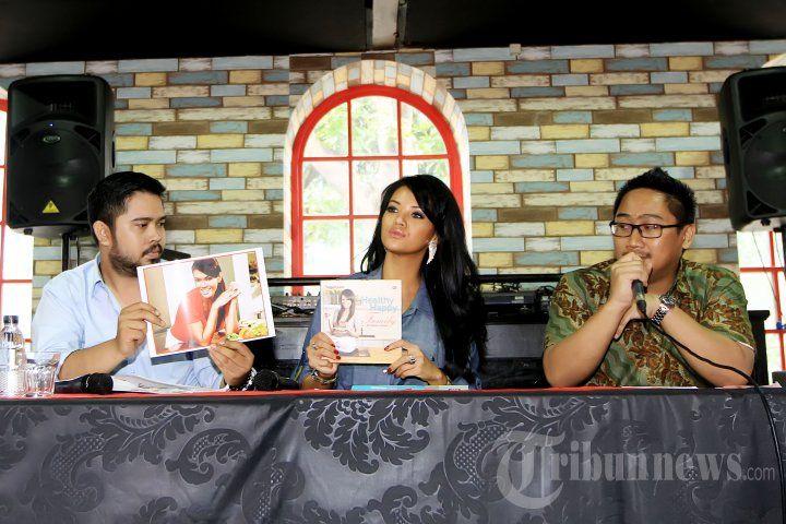 FARAH QUINN - Chef Farah Quinn didampingi kuasa hukumnya saat menggelar konferensi pers terkait pencatutan foto dirinya pada salah satu iklan website jual beli di kawasan Kemang, Jakarta Selatan, Jumat (18/3/2016). Farah Quinn akan menggugat pihak yang telah memakai fotonya untuk keperluan komersil. TRIBUNNEWS/JEPRIMA