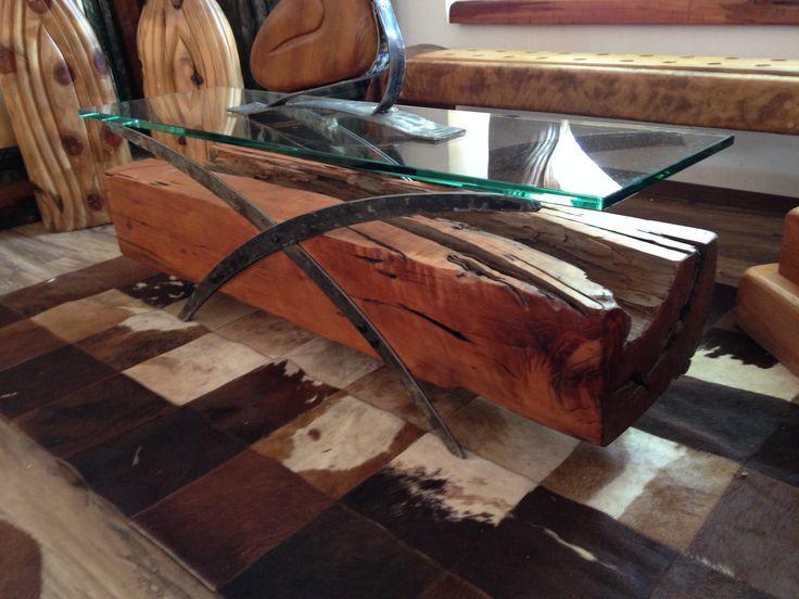 Mesa Centro madero roble rústico con fierro forjado reciclado con cubierta de cristal, sobre alfombra argentina de patchwork de cuero natural. www.facebook.com/nativoredwood