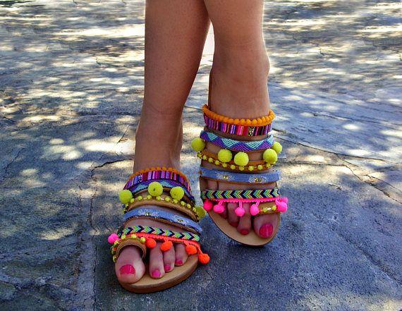 """Sandali """"Villaggio Arcobaleno"""" in pelle / sandali colorati greco / Boho Sandali / Scarpe donna etnici pom pom Sandali / Sandali estivi"""