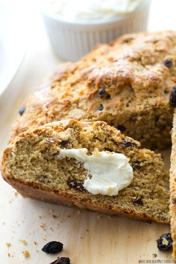 Esta abundante pan de soda irlandés es increíblemente suave y tierna por dentro y repleto de pasas y canela.  Disfrute rebanadas calientes del horno, untado con un queso crema de naranja picante.