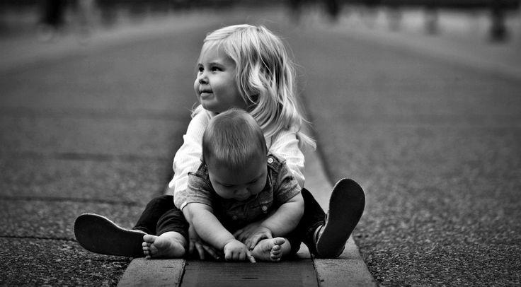 Divertirsi nei giochi all'aperto con la mamma. Giochi per bambini e idee di gioco per giochi all'aperto con i bambini da fare in cortile. Dida