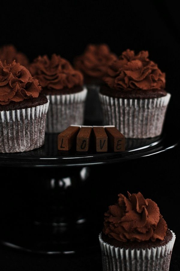 chocolate espresso toffee cupcakes.... these look like the kind of cupcakes i would make and devour all by myself.