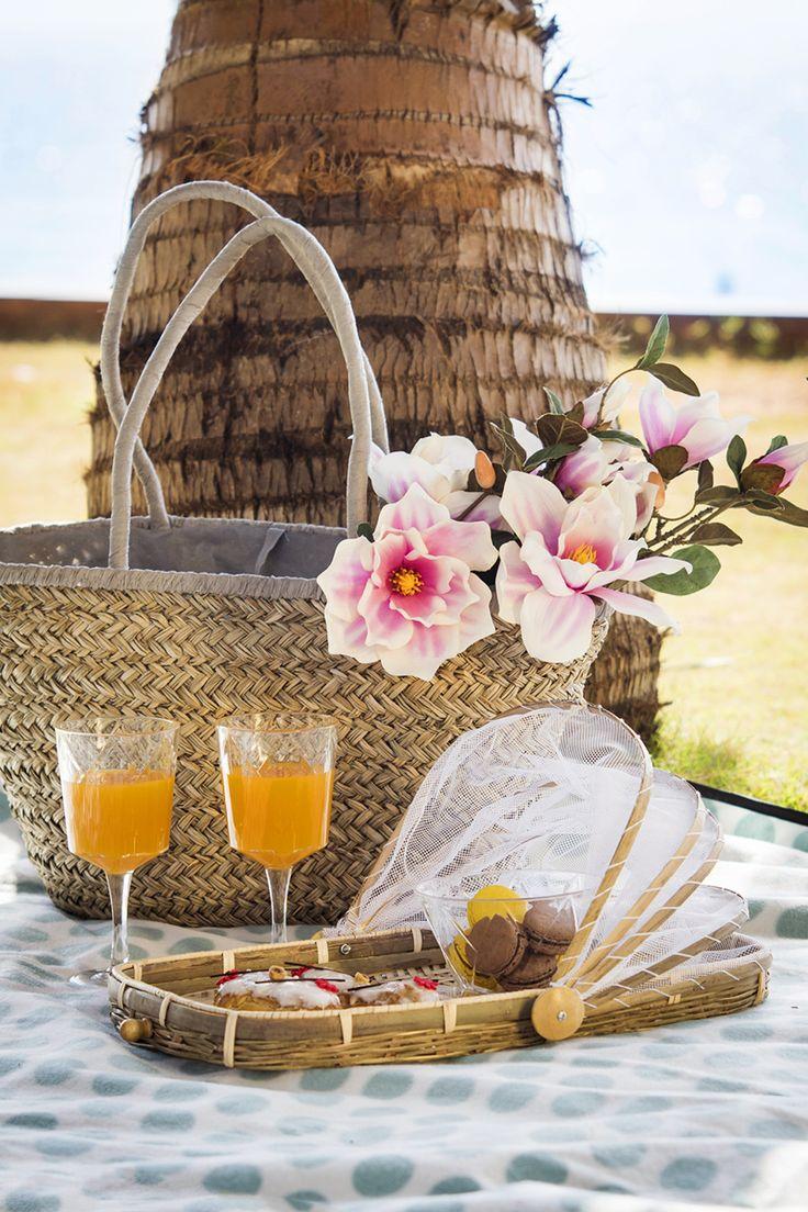 #Kremmerhuset #servering #serveringsbrett #kurv #flaske #saftflaske #frukt #sommer #utendørs #skål #glass #summer #serving #tray #bottle #interiør #sol #varme #stilleben #miljøbilde #mumbai #piknik #picnic #putetrekk #Pillow #flowers #blomster #strandveske #bag #macroons #makroner