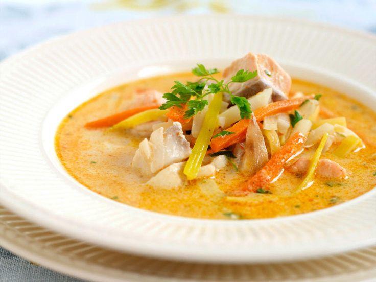 Det finnes nesten like mange varianter av fiskesuppe, som det finnes nordmenn. Men har du ingen egen variant kan du prøve denne. Fiskesuppe er en nydelig forrett eller middag som er enkel å lage. Ønsker du å variere suppen kan du tilsette ferske reker eller blåskjell. Kilde: Opplysningskontoret for egg og kjøtt. Foto: Studio Dreyer-Hensley