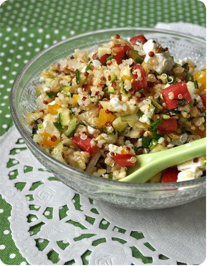"""Une petite salade de quinoa, qui est en fait un mix parfait entre ma """"chopped salad"""" à l'américaine et un taboulé libanais! Résultat : un mariage parfait, pour une recette fraîcheur pleine de vitamines! En plus, le quinoa étant très riche en protéines,..."""