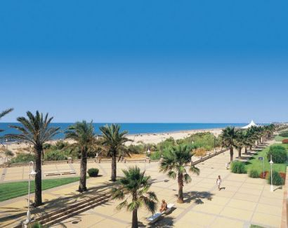 Google Image Result for http://www.bookableholidays.com/images/country/spain/costadelaluz/islantilla/islantilla-beach-front.jpg