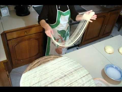 """Su Filindeu  La preparazione accattivante dello stile originale, la pasta fatta a mano barbaricina """"Su filindeu"""", si trasforma in vita grazie al movimento abile e parole di una donna che produce ancora oggi."""