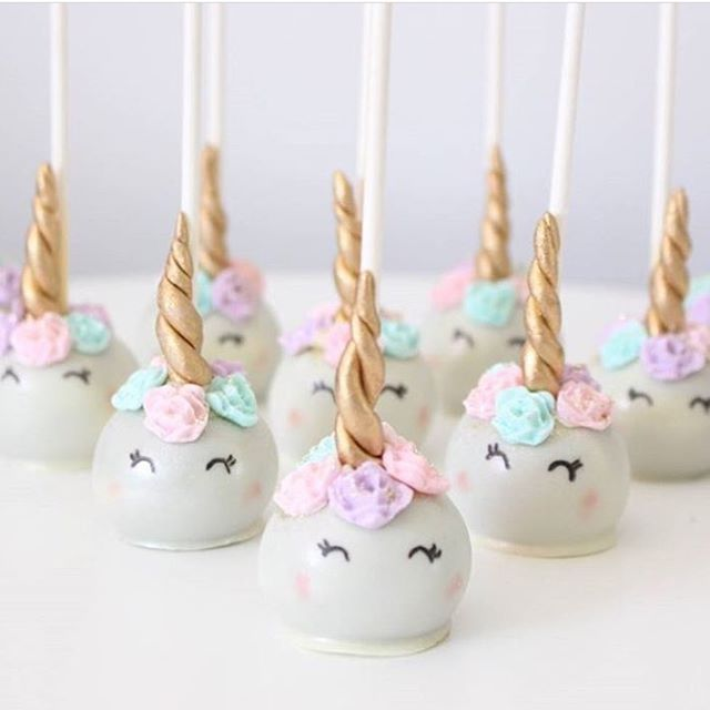 Cake pops licorne. Toute la décoration et les accessoires de table sur le thème licorne à retrouver sur www.rosecaramelle.fr #licorne #unicorn #birthday #anniversaire #fete #party #decoration #kids #deco #fete #enfants