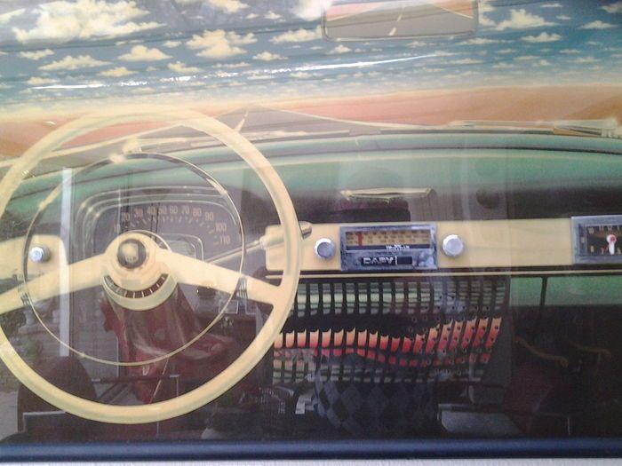 """Vintage:wood framed wall board radio""""Dapy""""- 1990 - spelend.  """"De 3 bands radio """"Dapy"""" werd in de jaren 90 geproduceerd en i/d markt gebracht als sprekend-/muziek makend schilderij. Is op te hangen of in een interieur te plaatsen. Eén van de novelty 'radio uitvoeringen van die periode! De fotos zijn van het opgehangen exemplaar gemaakt. Toont het interieur van een auto met dashboard radio en klokje. Auto lijkt op een Buick ? De kleur v.d. lijst is zwart (mat gelakt). Tegen de achtergrond van…"""