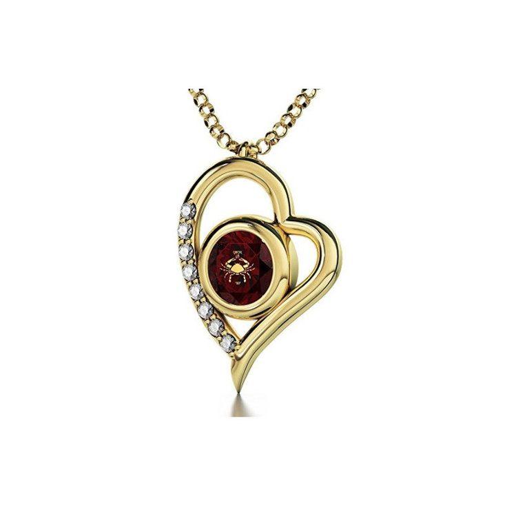 Collar chapado en oro con corazón. Colgante en forma de corazón con circonitas y signo Cáncer inscrito en oro de 24 kilates sobre circonita de 8mm rojo rubí (piedra de nacimiento de julio).