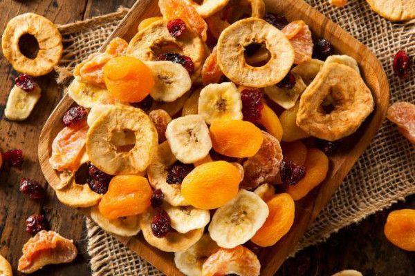 As frutas desidratadas são ótimas opções para incrementar as receitas ou para um lanche saudável e nutritivo. Leia mais benefícios e como fazer em casa!