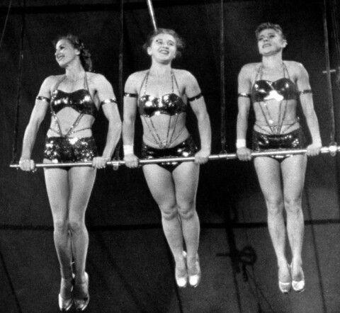 Dan fu ben felice di poter assistere alla performance delle giovani trapeziste che volteggiavano leggere..