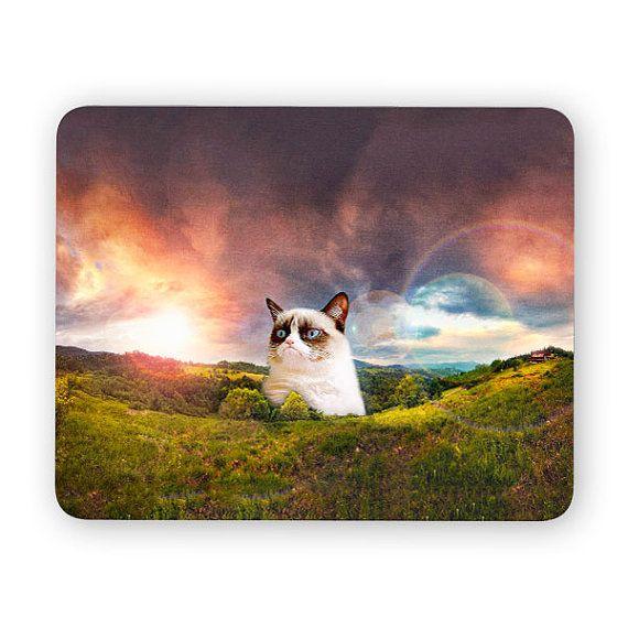 Versandkostenfrei Gutschein SHIPPY Wenn über 28 $/ £20 / €26 Ausgaben  Mürrische Katze Meme Landschaft - lustige Maus-Pad. Diese Schreibtisch-Zubehör ist groß, wie ein Büro-Schreibtisch-Maus-Pad oder einfach nur als eine Gaming-Maus-Pad.  Weiche Polyester mit gesicherten nicht geglitten Gummi.  MÖCHTEN SIE VERSCHIEDENE DESIGNS BEI DER AUSWAHL VON ZWEI, MAUS DREI ODER VIER PADS. BITTE HINTERLASSEN SIE EINE NOTIZ VON DER PRODUKT-CODES IM WARENKORB DIE AM ENDE DES TITELS ZU FINDEN.