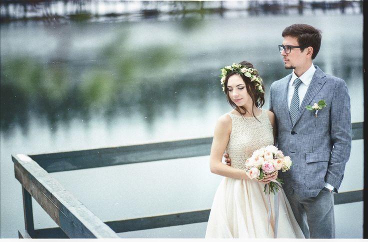 Анонс еще одной безумно интересной съемки состоявшейся ровно месяц назад. Максим и Алина планировали нежную весеннюю свадьбу, но суровая питерская погода решила иначе - снегопад, лед и шквальный ветер - да на новый год не было столько снега! Подобное - просто рай для фотографа - было жарко, но холодно! Зима весной в Коркино Lake ❄☁⛄🎄