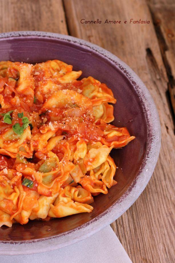 Tortellini al sugo di zucchine ricetta vegetariana