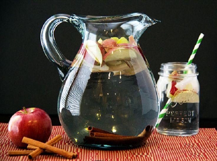 Água de Maçã e Canela. Todas as importantes vitaminas e minerais  em uma bebida deliciosa. Coloque as fatias de maçã no jarro e adicione os paus de canela. Beba antes das refeições!  Fotografia: via  perfectsprinkle.com.