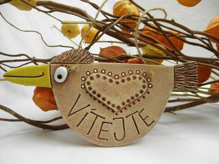 Vítejte Cedulka ze šamotové hlíny, vhodné i k venkovní dekoraci, určené k zavěšení. Velikost 22 x 11 (šxv).