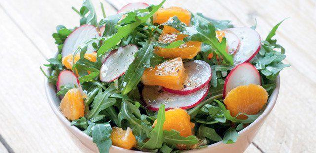 Wiosenna surówka z mandarynek, rukoli i rzodkiewek