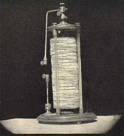 """primera batería voltaica o """"pila"""" de Volta realizado en 1800, consistió en una serie de monedas de plata e igual número de discos de zinc del mismo tamaño. Los discos de plata y zinc se apilan de forma alternada en la parte superior uno de otro, con piezas de paño húmedo entre los discos. Cables se sujetan a la parte superior e inferior de la pila, y cuando se les unió, Volta obtienen una corriente que fluye de manera constante de la electricidad. Así comenzó la ingeniería eléctrica…"""