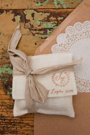 dusty pink embroidery wedding favors // // more on: http://weddingwonderland.it/2014/12/matrimonio-handmade-colori-pastello.html