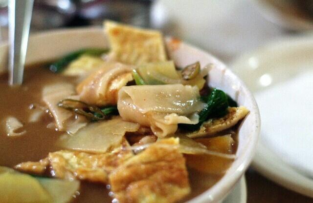 チベット料理のタントゥクという麺。きしめんみたいな。味は薄くて普通。可もなく不可もなく。
