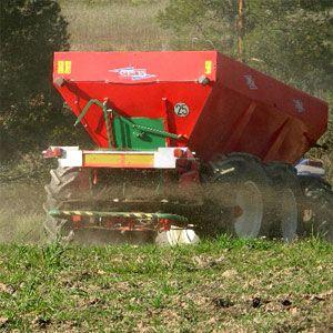 En agricultura los fertilizantes nitrogenados más aplicados son el nitrato amónico cálcico seguido de la urea, y también el azufre como reductor del pH del suelo y movilizador de los sulfatos del terreno. Una aportación adecuada de nutrientes aumenta significativamente las producciones.
