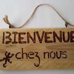 """Plaque message en bois """"bienvenue chez nous"""" avec dessin"""