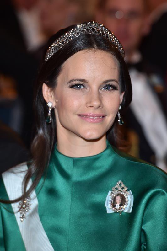 Sofia de Suecia lució un traje de seda verde oscuro de diseño sobrio