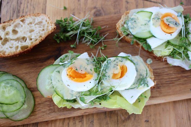 Wiosenne kanapki z jajkiem i fetą