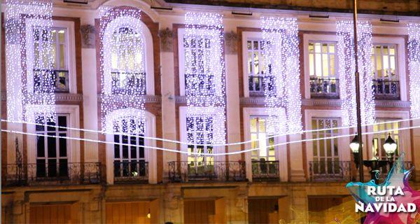 El espíritu de la Navidad conquista los corazones de todos los bogotanos. Y el edificio emblema de la ciudad, El Palacio Liévano, no podía quedar atrás. Por eso abrió sus puertas para que llegaran la luz, el color y la música a sus pasillos y habitaciones, y con ellos todos los visitantes que quieran conocer un poco más sobre la historia de Bogotá.
