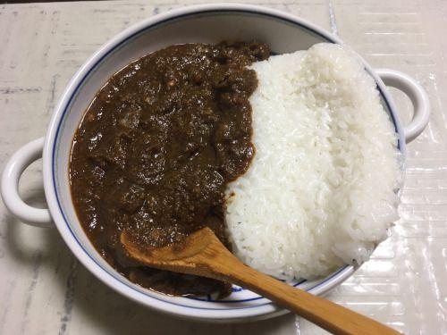 昼飯はカレー。 ドライカレーが水分飛ばし過ぎで硬くなりすぎだったのでスープで少しだけのばした。 豆が入るとやっぱこうなるか。 米は、和風味の炊き込みご飯しかストックがなかったから、仕方なく少なめのを買った💧
