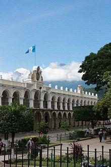 La Audiencia de los Confines o Palacio de los Capitanes Generales, Antigua Guatemala, Sacatepequez, Guatemala. En la esquina Sur Oriente de la plaza central se encuentra el primer edificio de dos niveles construido en 1558. Aun que el piso era de madera y restituido posteriormente, cuenta con hermosos arcos que detienen su estructura.