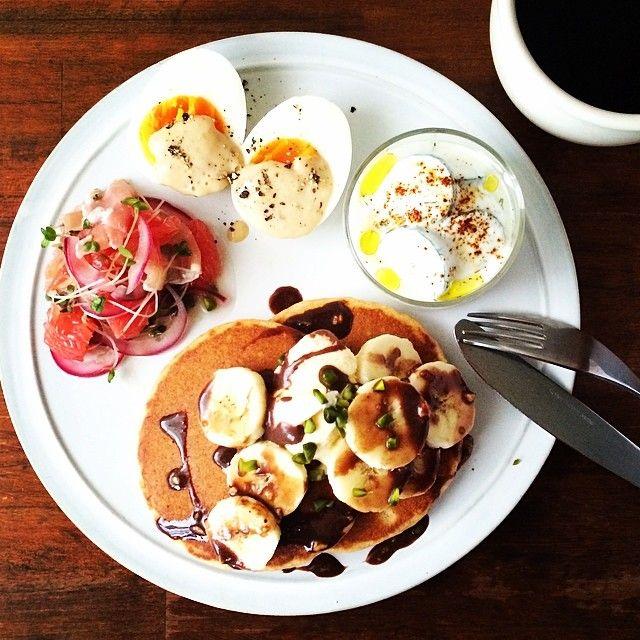 Instagram media keiyamazaki - Today's breakfast. Pancakes with Ice cream, Banana and Chocolate. 昨日のサンドイッチクリーム、妹から「すぐにカビがきたから、早く食べたほうがいい」と言われたので、あわてて消費。ツナっぽい味だったから、ゆるめて粒マスタードなど加えて、ゆで卵のソースに。 ネイマールの背中、大丈夫かな…