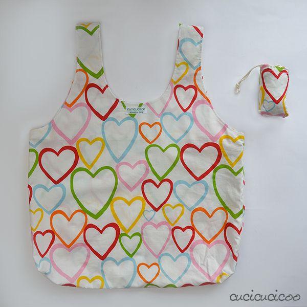 Cartamodello gratuito: la Shopper Portovunque! Recupera il telo da un ombrello o usa tessuto leggero per cucire una shopper bella che si infila dentro un sacchettino col cordoncino nascosto! #carryeverywhereshoppingbag | www.cucicucicoo.com <3