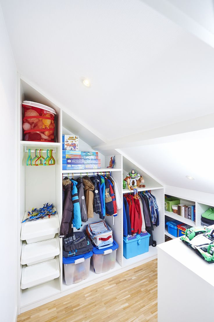 Vos enfants aussi ont droit à un beau dressing, même sous pente, l'espace est exploité avec brio