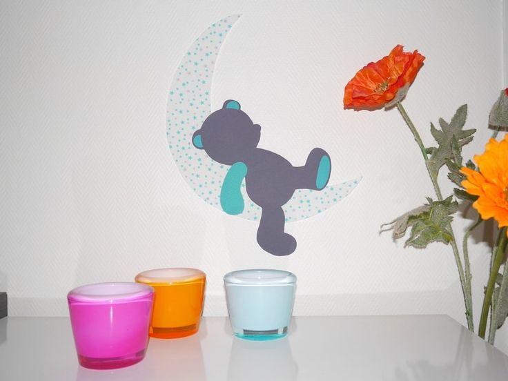 Sticker enfants en tissu : ourson qui dort sur une lune turquoise/gris