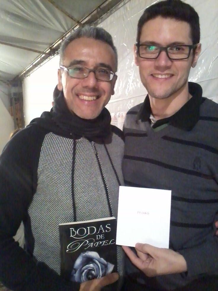 O escritor Daniel Moraes e o escritor Marcos Leme na Feira Literária de Suzano - SP