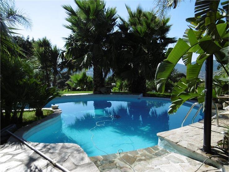 Sublime villa à vendre chez Capifrance à Olmeto en Corse.     > 237 m², 9 pièces dont 7 chambres et un terrain de 2620 m².     Plus d'infos > Guillaume Ciabrini, conseiller immobilier Capifrance.