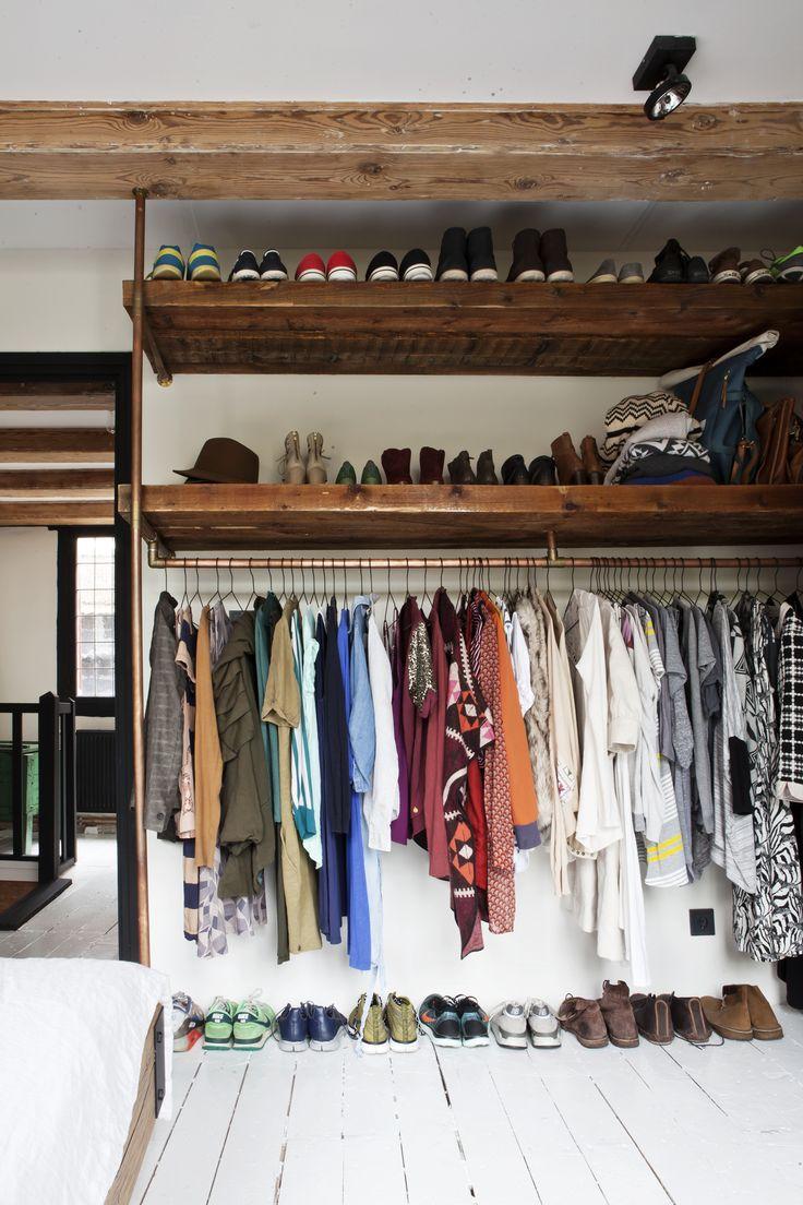 Eikenhouten planken en mat zwarte buizen, een plank boven de kleding en een plank eronder