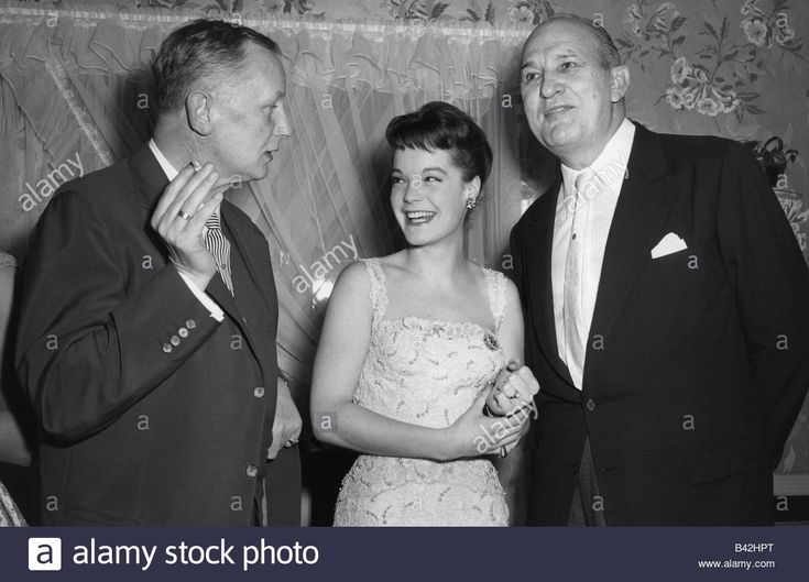 Download this stock image: Schneider, Romy, 23.9.1938 - 29.5.1982, German actress, half length, with Helmut Käutner and Wilhelm Dieterle, greeting in Holly - b42hpt from Alamy's library of millions of high resolution stock photos, illustrations and vectors.