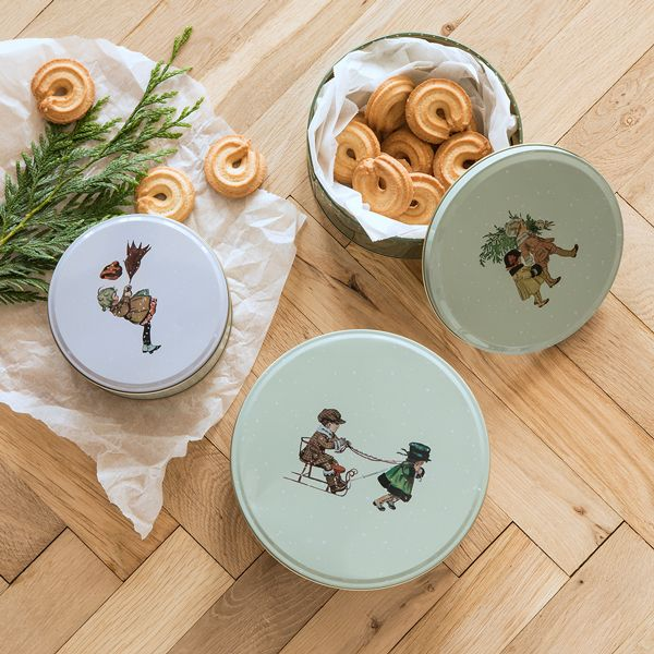 Store your home-made biscuits in Anna and Clara's graceful tins. Biscuit tins, available in three sizes, price per item from DKK 17,90 / EUR 2,54 / ISK 449 / NOK 25,70 / GBP 2,44 / SEK 25,60 / JPY 283