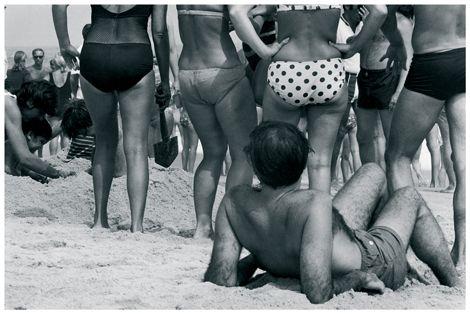 Plaża w Long Island, 1969, Nowy Jork. W 1969 roku na plaży wszystko wydaje się możliwe: kostium jednoczęściowy, dwuczęściowy, bokserki dla mężczyzn. Ale gdy w roku 1964 w Saint-Tropez pojawiają się pierwsze nagie piersi, niektóre kąpieliska amerykańskie zakazują jeszcze bikini. #historia #ciało #plaża #1969 #antropologia #kultura