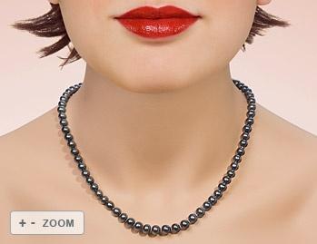 Ein schwarzes Zuchtperlcollier mit 72 schwarz eingefärbten wundervollen Zuchtperlen von 6-7 mm. Die Perlen sind rund haben kaum Wachstumsmerkmale und einen mittleren Lüster. Die Schließe ist aus Silber. Der Verkehrswert dieser Perlenkette liegt bei 120€. Wir können Ihnen diese Perlenkette schon für 39€ verkaufen.