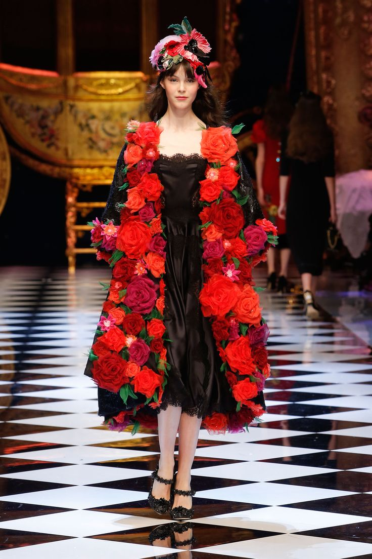 Video e foto dalla passerella del Fashion Show Dolce & Gabbana, Collezione Donna Autunno/Inverno 2016-17. Guarda la sfilata su Dolcegabbana.it.
