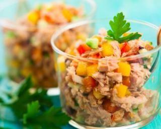 Verrines de thon aux poivrons, maïs et concombre : http://www.fourchette-et-bikini.fr/recettes/recettes-minceur/verrines-de-thon-aux-poivrons-mais-et-concombre.html