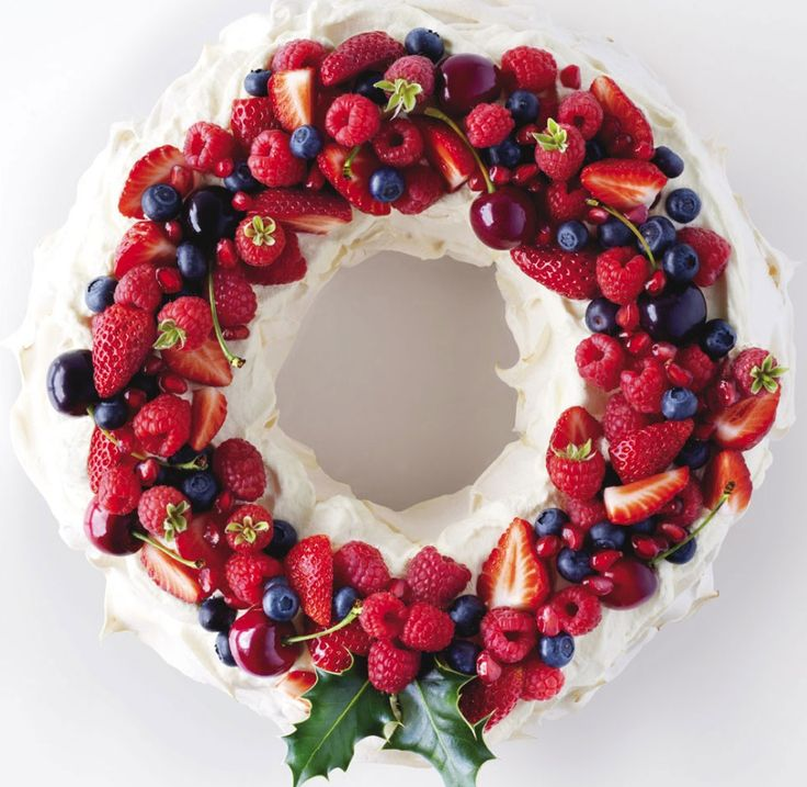 Christmas Edible Pavlova Wreath Pavlova is a meringue-based dessert named after the Russian ballet dancer Anna Pavlova. It is a meringue dessert with a crisp crust and soft, light inside. (similar to meringue cookies but made big like the size of a cake or mini cakes) This Pavlova is in the shape of a wreath. But it's usually has a rustic roundish shape You can use a variety of creative toppings (fruits, candy, nuts, whipped cream, yogurt, chocolate ganache etc): Bundt Cakes, Christmas Wreaths, Christmas Desserts, Pavlova Wreaths, Christmas Recipes, Australian Christmas, Christmas Pavlova, Fruit Cakes, Christmas Menu