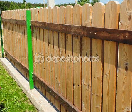 Staccionata legno dettagli. Tradizionalmente steccati erano realizzati in legno e verniciato bianco (o bianche), ma ora steccati sono inoltre ampiamente disponibili in cloruro di polivinile — Immagini Stock #79716070