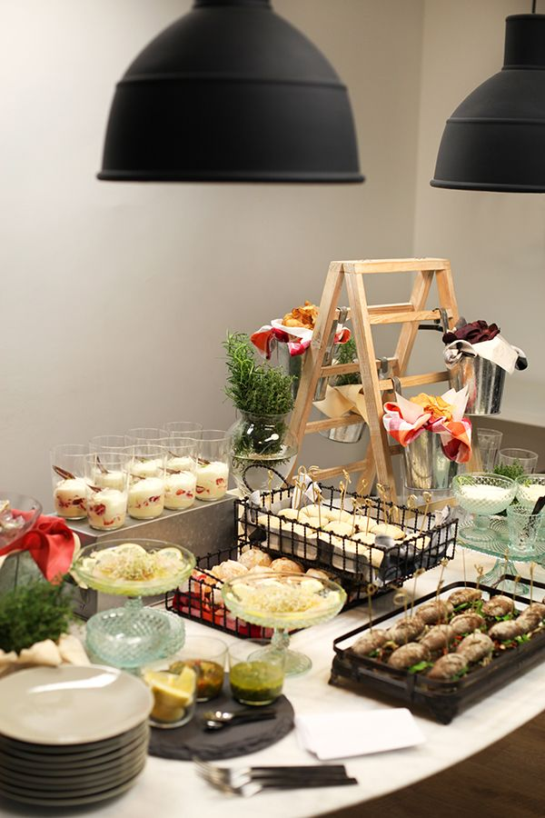 A Ghee Banqueteria preparou uma mesa fria recheada de sanduiches, chips, pesce crudo e ostra para o nosso happy hour. Vem ver os pratos e a decoração!