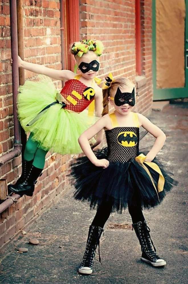 Gamins déguisés en super-héros : une filles en Robin et une Fille en Batman